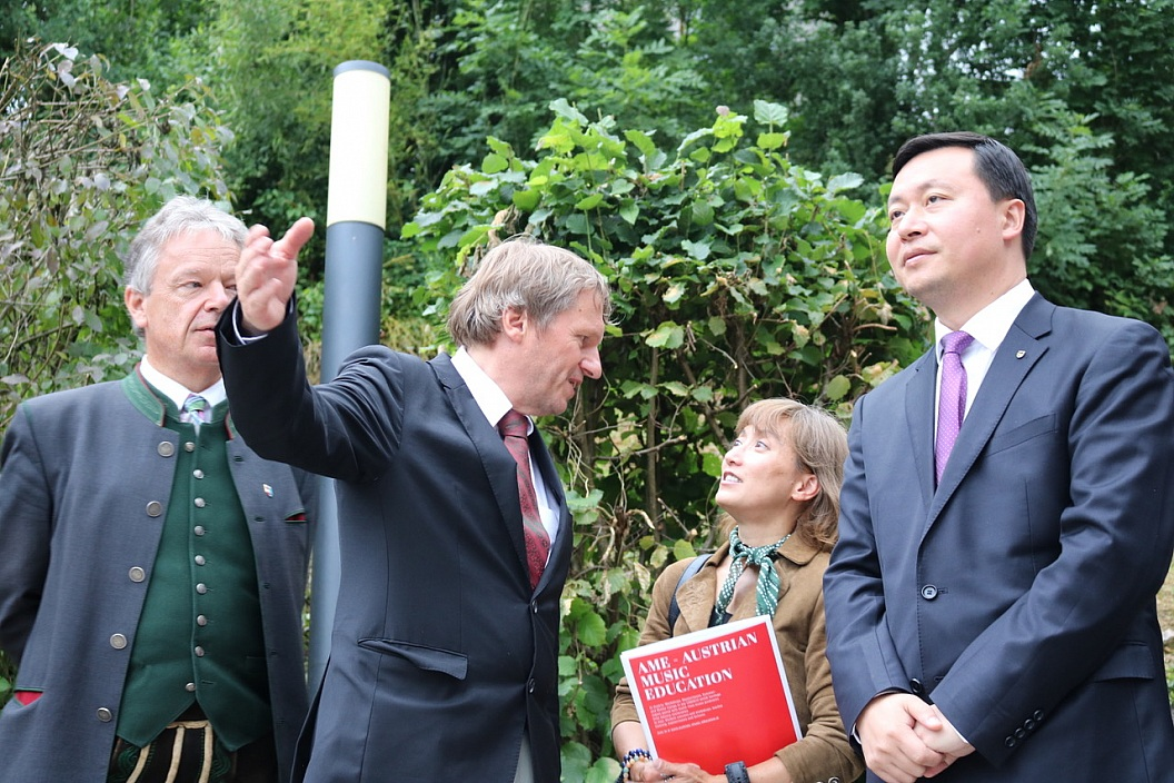 Mayor of Leshan visiting the AME